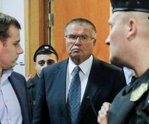 Путин освободил от должности  Улюкаева с поста главы МЭР »