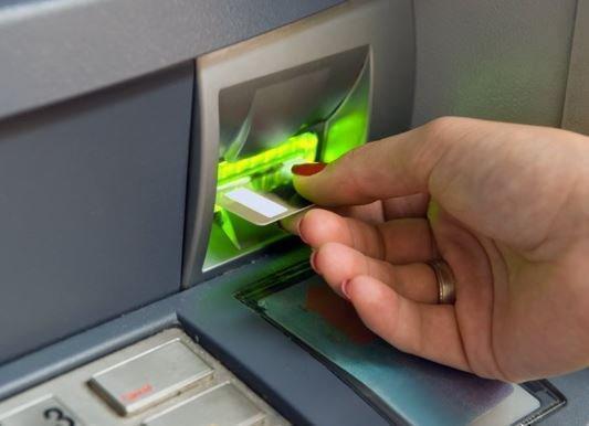 Россияне не желают использовать банковские зарплатные карточки »