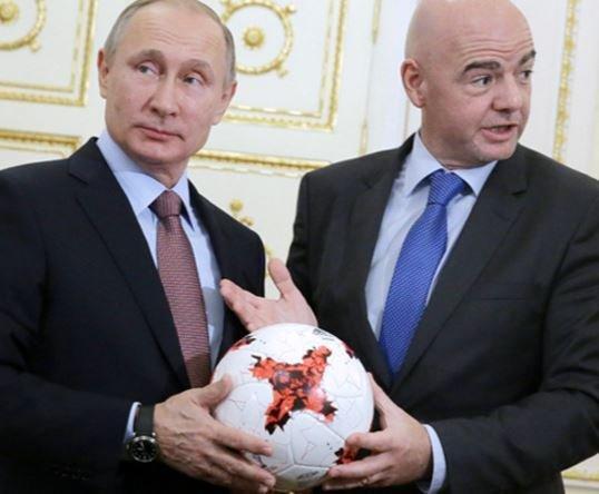Инфантино преподнес Путину в подарок мяч «Красава» »