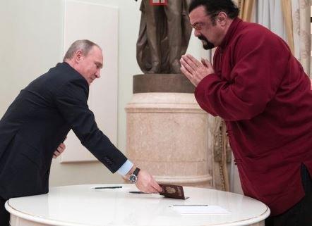 Путин выдал Стивену Сигалу паспорт РФ »