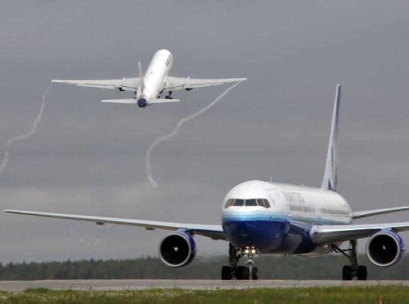 В США пассажирка выпрыгнула из лайнера во время движения в аэропорту »