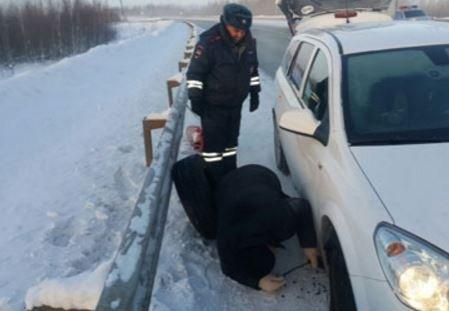 В Югре работники полиции спасли семью на трассе в ужасный мороз »