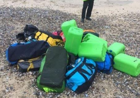 На английском пляже вода вынеслан на берег мешки с 360 кг кокаина »