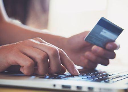 СМИ рассказали об идее правительства ограничить покупки наличными »