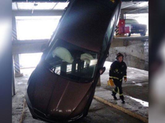 Машина повисла на 9 этаже парковки в Москве »