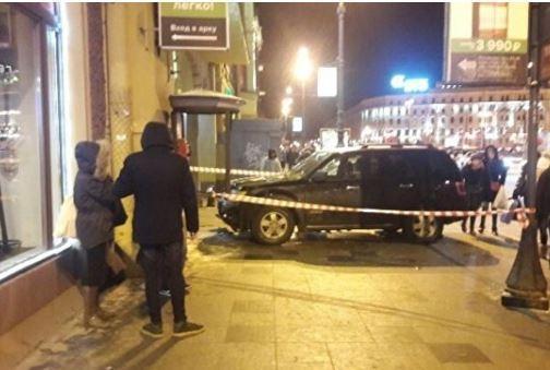 В Петербурге внедорожник въехал в толпу людей на тротуаре »