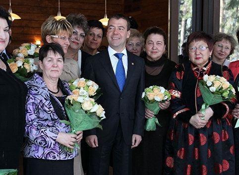 Презент к 8 марта: Медведев одобрил стратегию действий в интересах женщин »