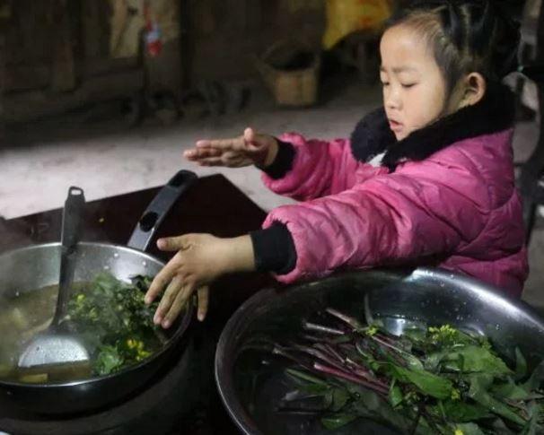 В Китае 5-летняя девочка сама осуществляет уход за 92-летней бабушкой »