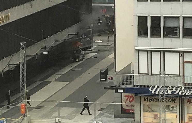 Как миниму, трое погибли от наезда грузовика в толпу людей