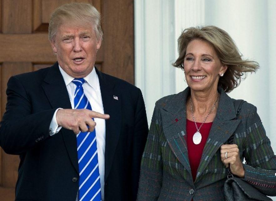 Во Флориде министр образования США вызвала недовольный свист толпы