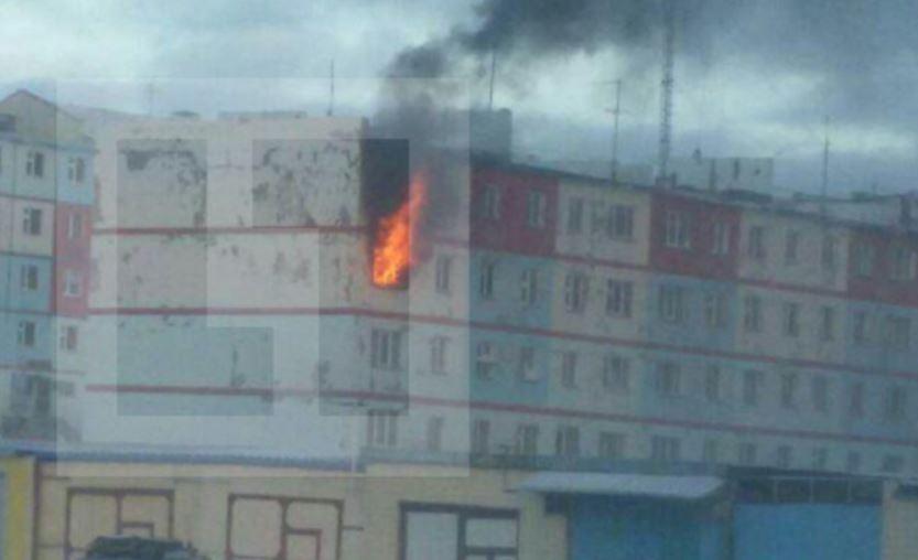 В Анадыре женщина с детьми выпрыгнула из окна 3-го этажа из-за пожара