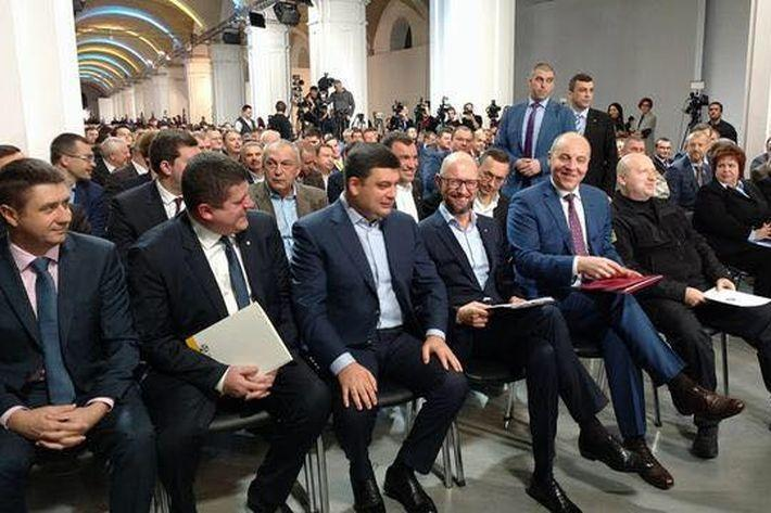 Порошенко и Яценюк подрались ногами под столом