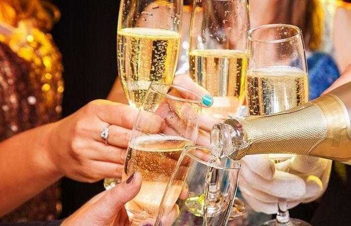 К Новому году в РФ подорожает шампанское