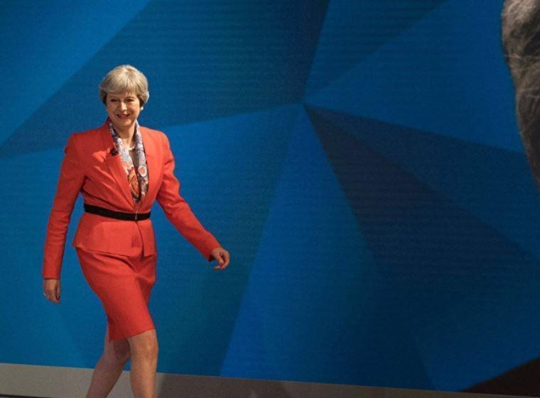 Тереза Мэй хочет спасти Британию, вызывая дух Путина