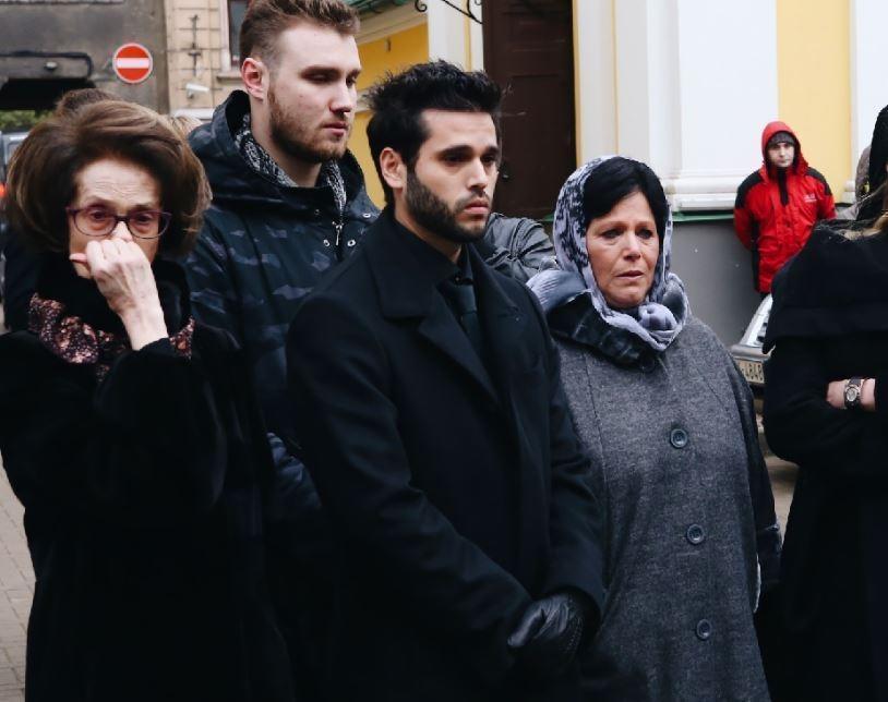 Заплаканная бывшая жена еле сдерживалась на похоронах Задорнова