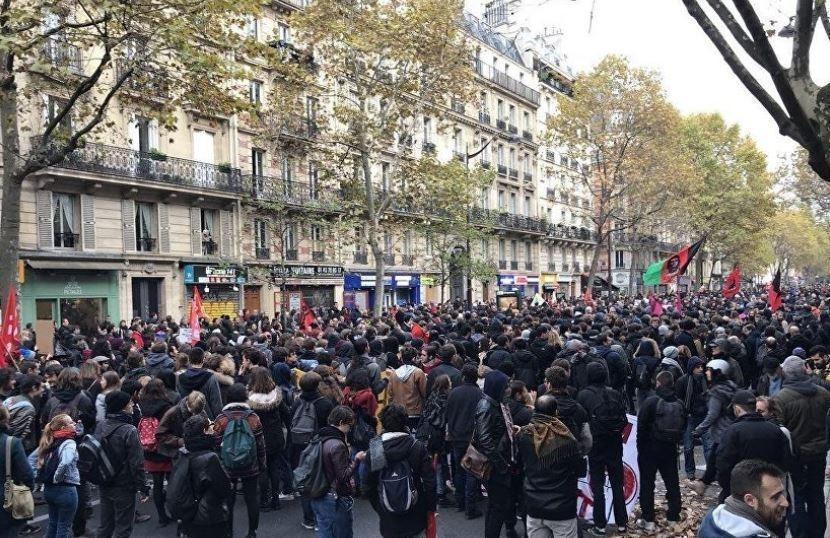 В Париже люди протестуют против реформ Макрона