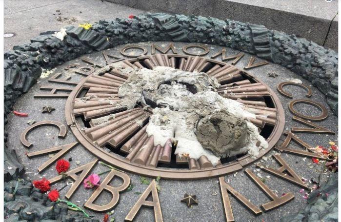 Вандалы вновь залили цементом Вечный огонь в столице Украины