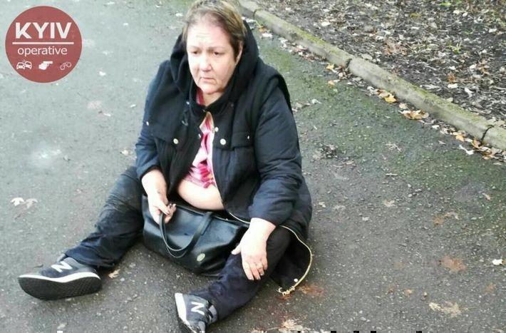 В Киеве пьяная женщина выпала из-за руля авто и уснула