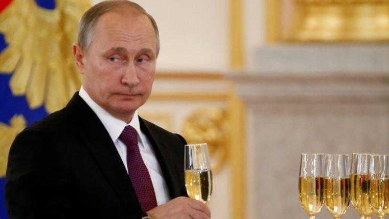 Observer: «поддержав» демократов на выборах, Путин парализует Штаты до 2020 года