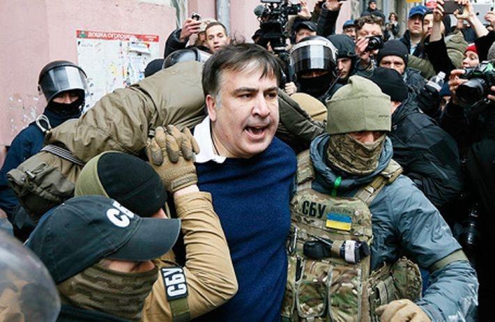 От поедания галстука до крыши. Песков дал оценку пути Михаила Саакашвили в политике