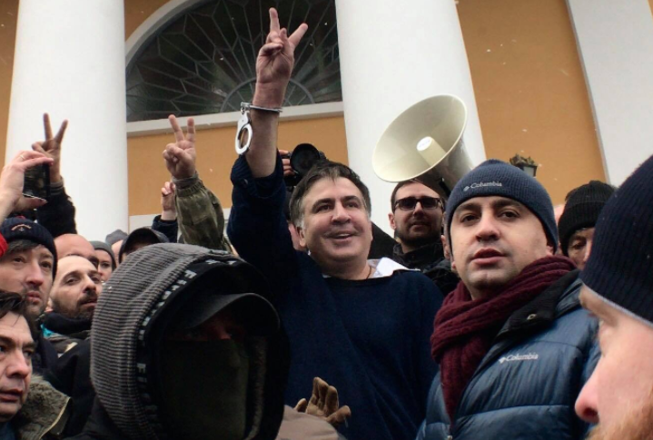 Митингиующие освободили Саакашвили из машины СБУ