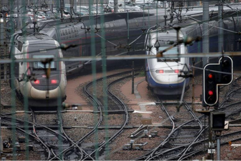 Во Франции скоростная электричка врезалась в школьный автобус