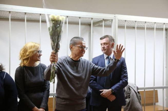 Улюкаеву перед оглашением приговора вручили букет белых роз