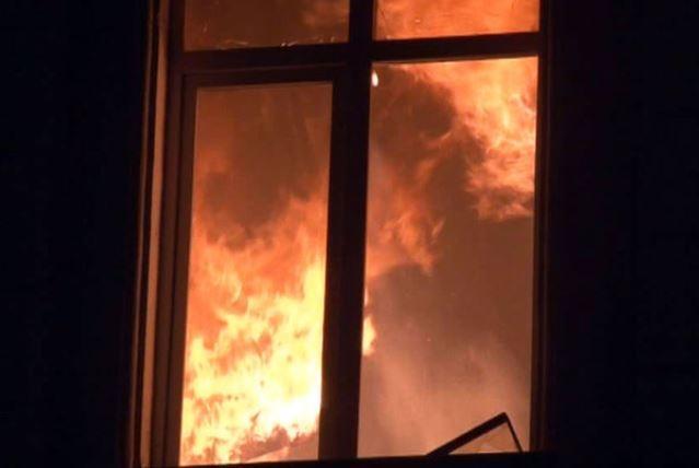 Родители выпрыгнули из окна, бросив в огне 3х детей
