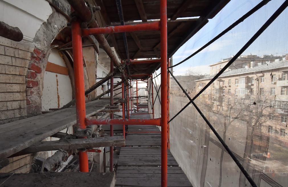 В Москве со строительных лесов сорвались рабочие