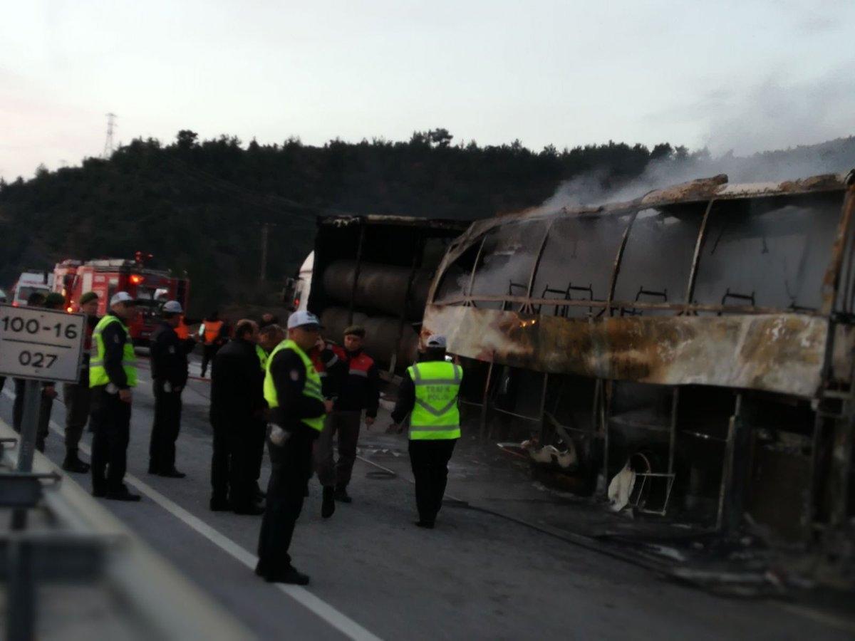В Турции автобус врезался в фуру и полностью выгорел, погибли 10 человек