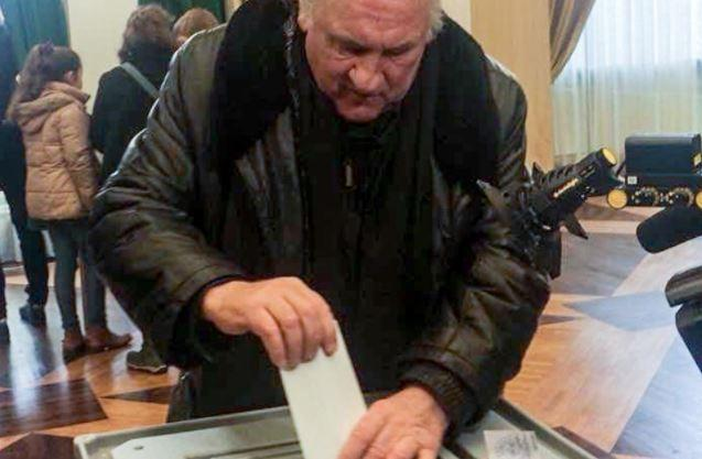 Жерар Депардье отдал свой голос на выборах президента РФ в Париже