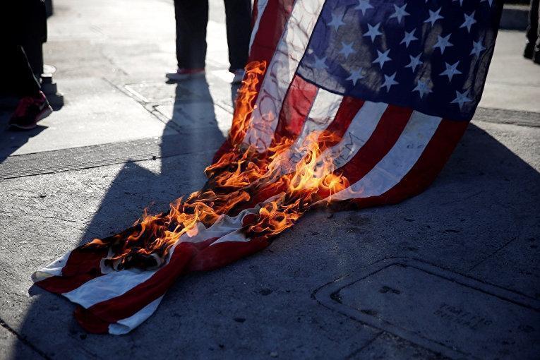 Депутаты Ирана сожгли флаг США после решения Трампа выйти из ядерной сделки. Видео