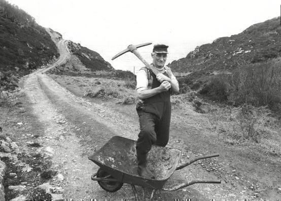 Фермер устал ждать чиновников и сделал дорогу сам — теперь ее назвали в его честь