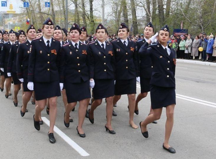 Маршировавшую на параде без туфли работницу МВД наградили за мужество