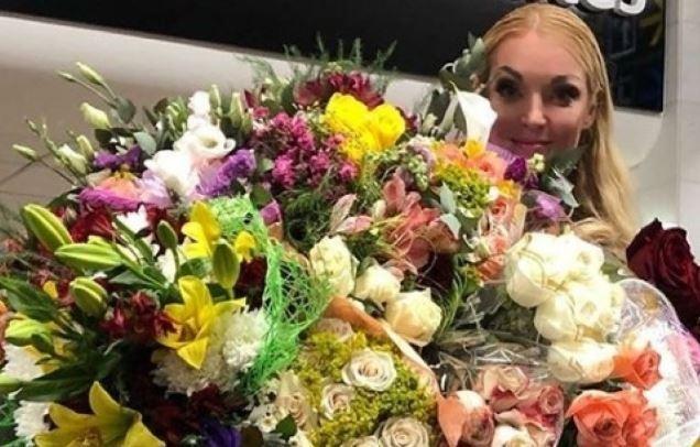 Цветы на треть самолета: Волочкова оказалась причиной скандала в ходе рейса