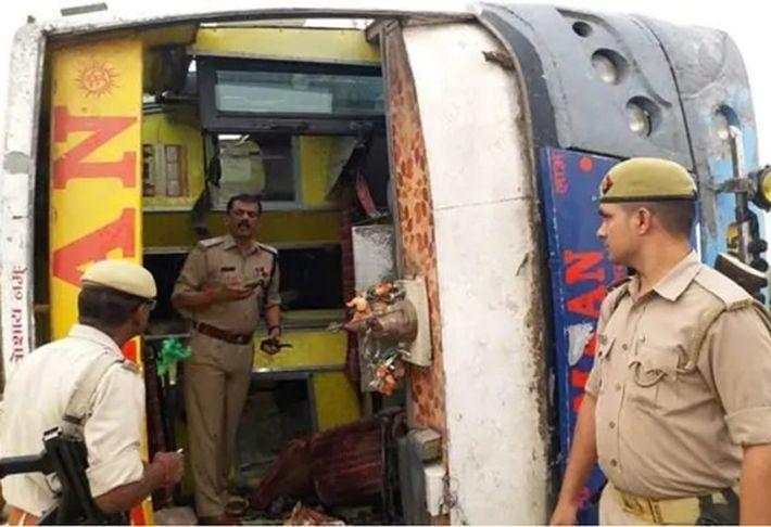 В Индии туристический автобус разбился в ДТП, 16 человек погибли