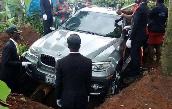 Сын похоронил отца в новом BMW, который не успел подарить ему при жизни