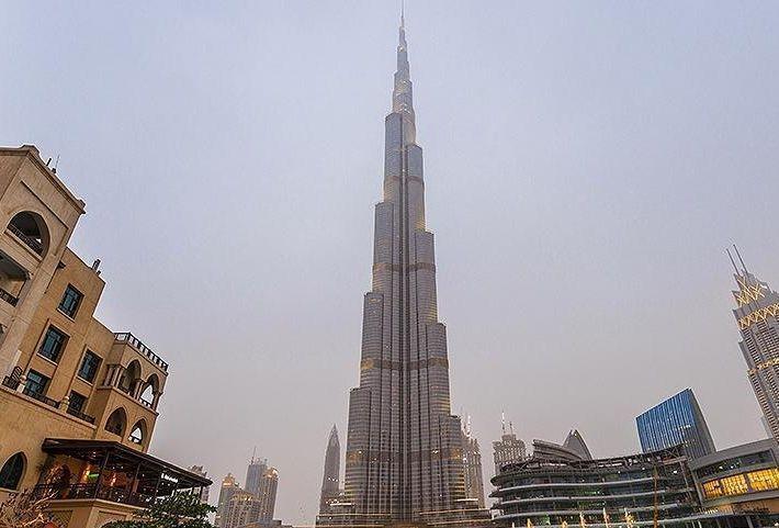 В Дубае небоскреб «Бурдж-Халифа» окрасился цветами российского флага. Видео