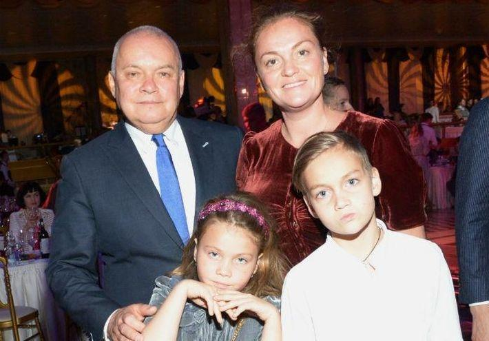 Жена телеведущего Дмитрия Киселева призвала не надеяться на пенсию
