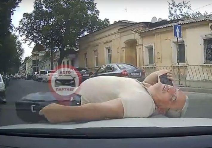 """И """"Оскар"""" получает...В Симферополе пешеход пытался симулировать аварию. Видео"""