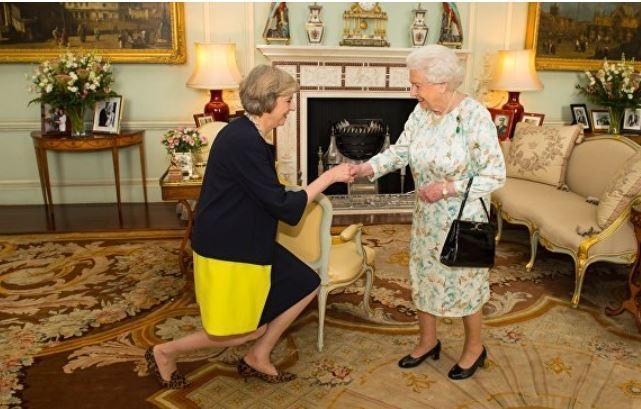 """""""Стыдно быть британцем"""". В Интернете посмеялись над приседающей Терезой Мэй"""