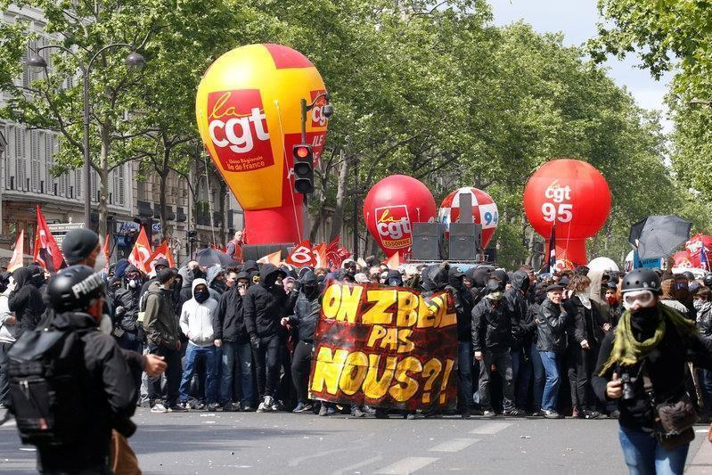 В Париже советник Макрона напал на участника первомайской манифестации