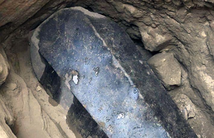 В Египте ученые вскрыли гигантский чёрный саркофаг с мумиями