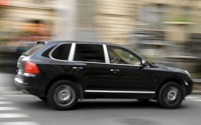 """Москвич напал на полицейских, """"спасая"""" свой Porsche Cayenne от эвакуации"""
