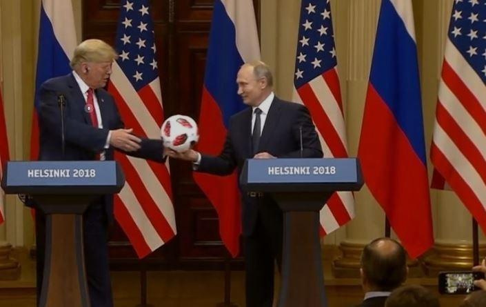Американские спецслужбы проверили мяч, который дал Трампу Путин