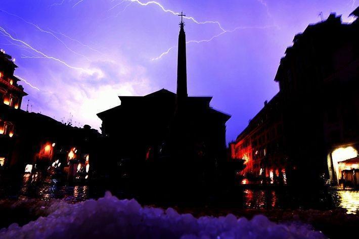 В Риме дождь с градом затопил улицы и метро. Видео
