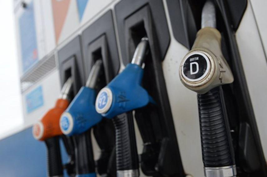 В правительстве рассказали, почему бензин не дешевеет вслед за нефтью