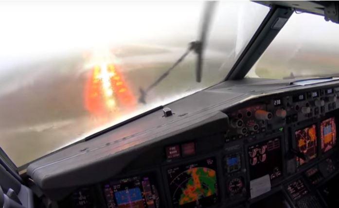 Пилоты показали посадку самолета при ужасной грозе в Испании