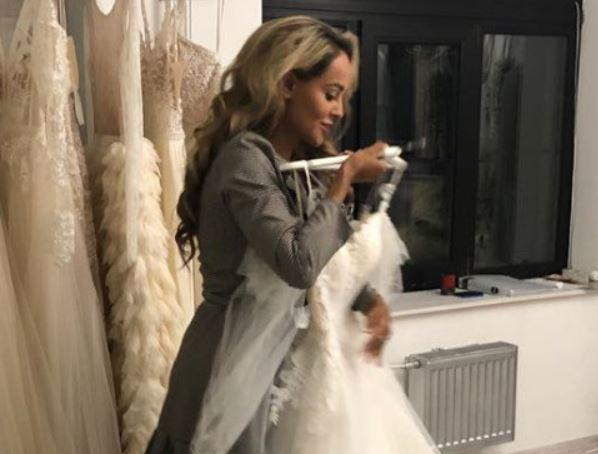 Анна Калашникова начала подбирать свадебное платье