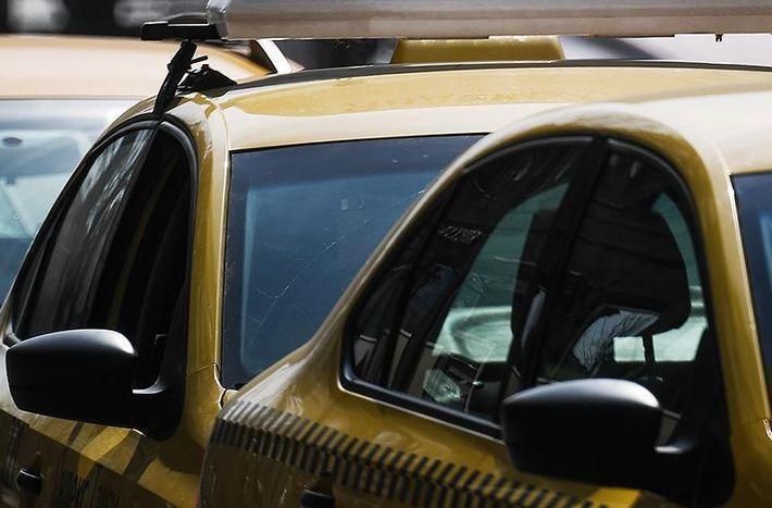 Таксиста, который ждал пассажирку восемь часов, пригласили на новую работу